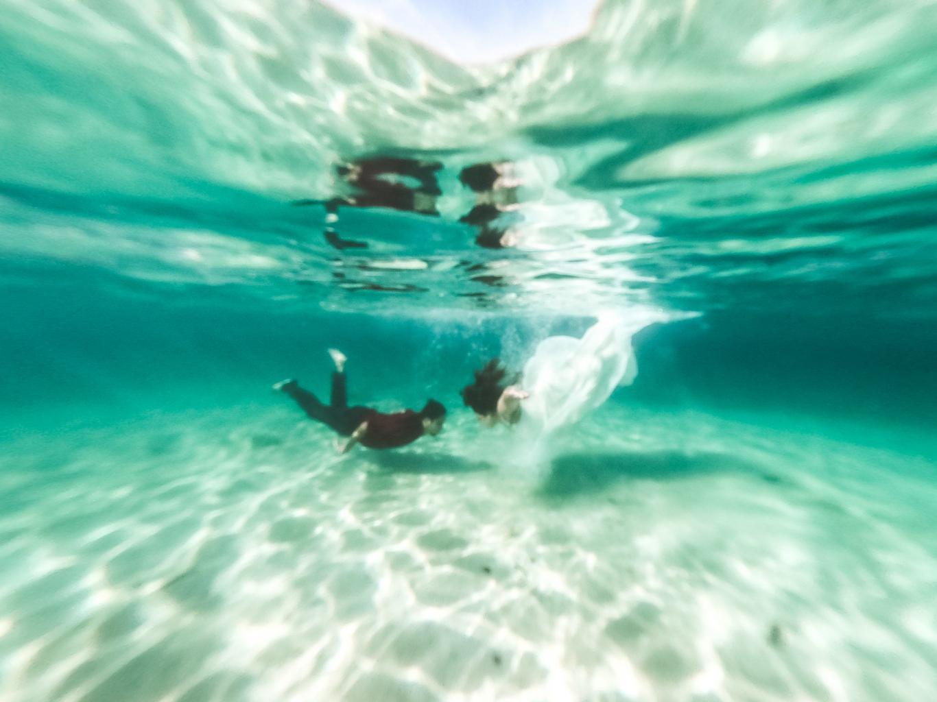 Underwater wedding photography in Honduras